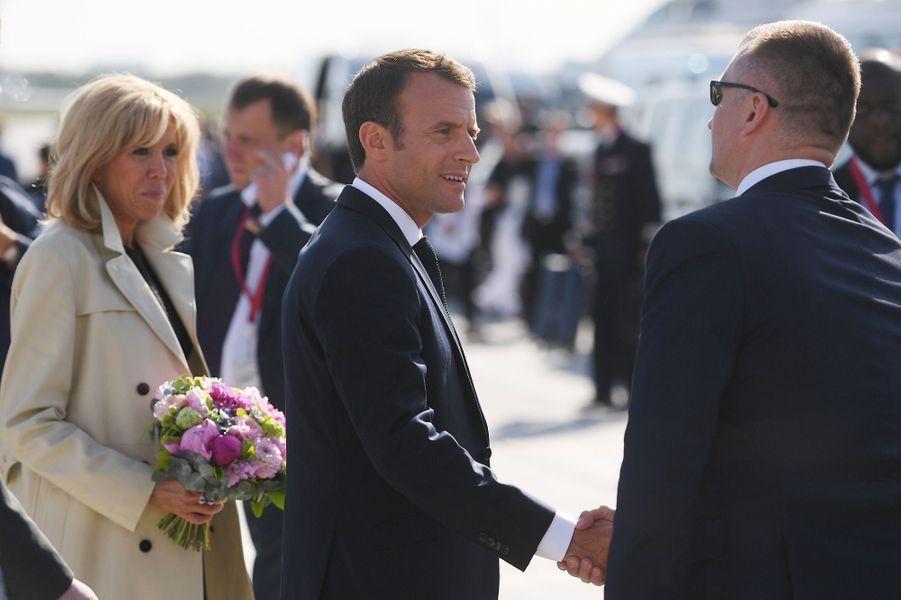 Emmanuel et Brigitte Macronà l'aéroport de Saint-Pétersbourg jeudi.