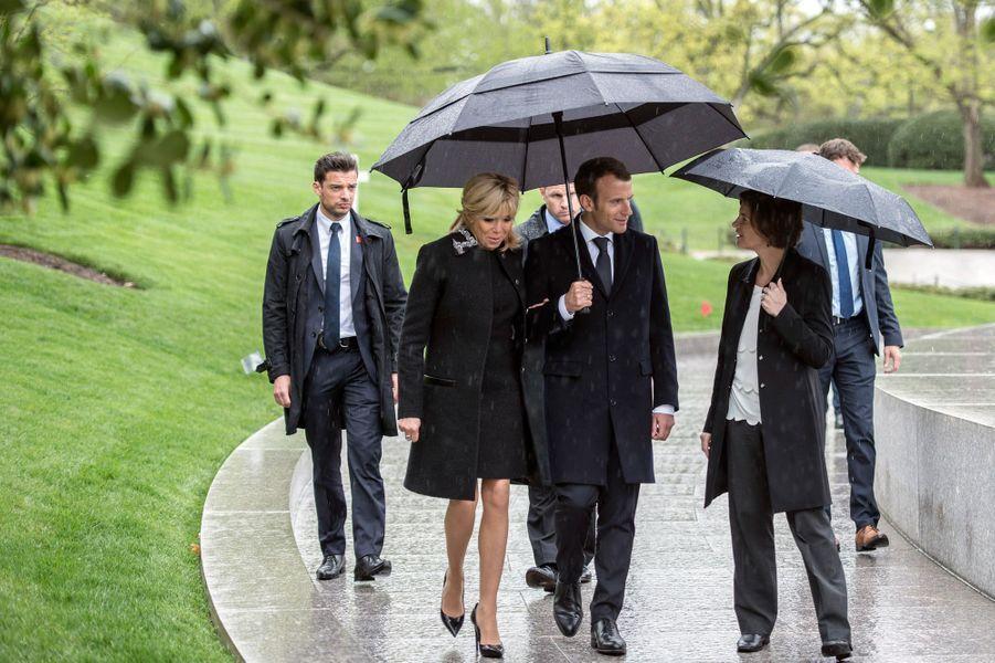 Emmanuel et Brigitte Macron près de la tombe de Kennedy.