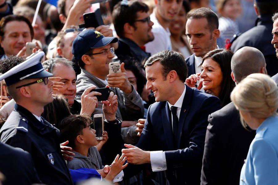 Brigitte et Emmanuel Macron prennent un bain de foule à l'Hôtel de Ville de Paris dimanche