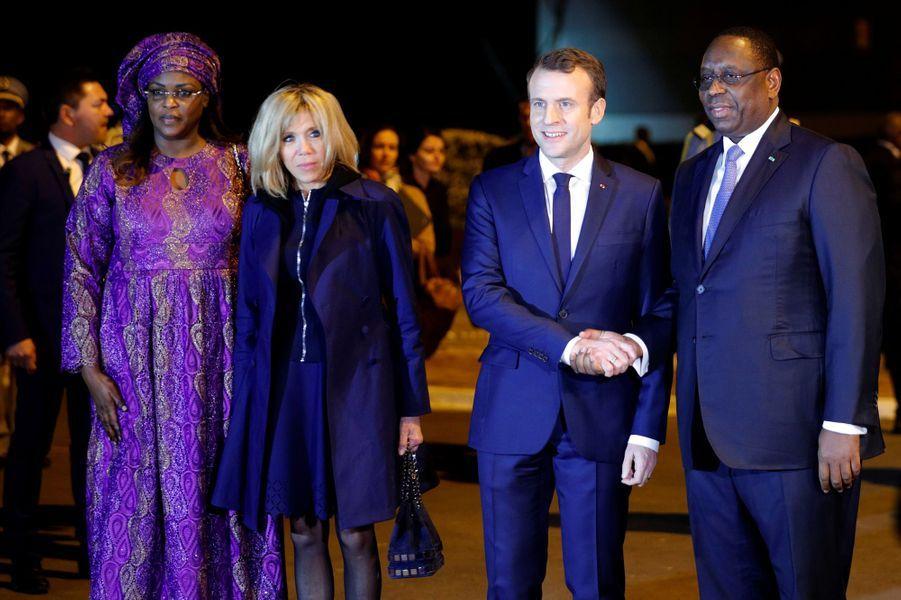 Emmanuel et Brigitte Macron, accueillis par le président Macky Sall et son épouse Marieme Faye.
