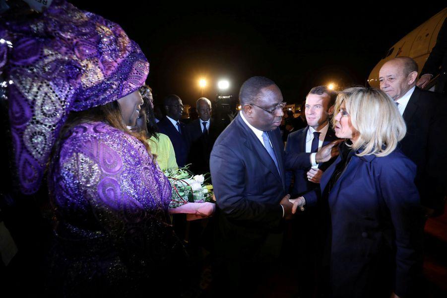 Sénégal : Emmanuel et Brigitte Macron au contact de la population