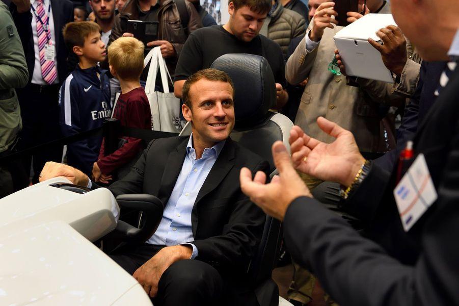 L'ex-ministre de l'Economie Emmanuel Macron a fait un tour au Mondial de l'automobile