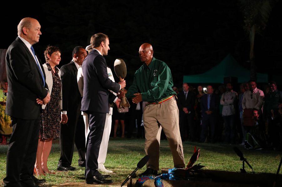 Emmanuel Macron, accompagné par Jean-Yves Le Drian et Annick Girardin, jeudi à Nouméa, lors d'une cérémonie d'accueil.