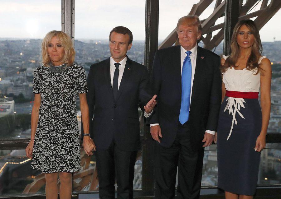 Brigitte et Emmanuel Macron et Donald et Melania Trump au deuxième étage de la Tour Eiffel, où ils ont dîné dimanche soir