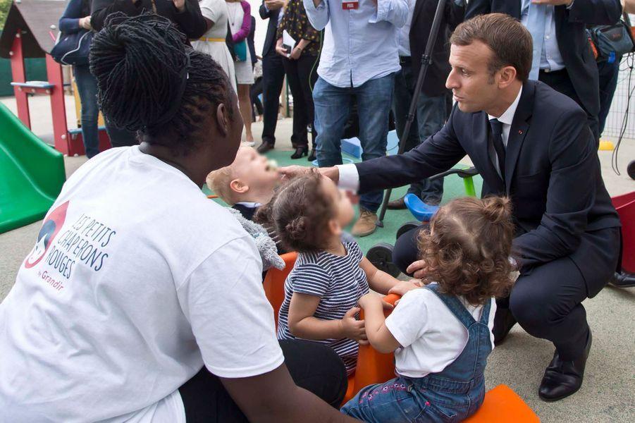 """Le président de la République Emmanuel Macron s'est rendu mardi à crèche """"Les petits chaperons rouges"""" de Gennevilliers (Hauts-de-Seine)."""