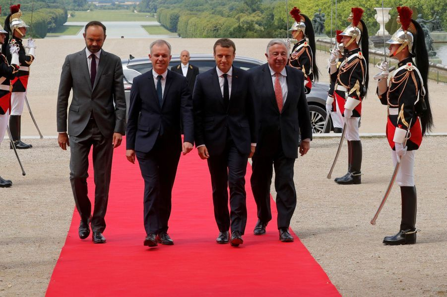 Emmanuel Macron à Versailles, entouré du Premier ministre Édouard Philippe, duprésident de l'Assemblée nationale François de Rugy et son homologue du Sénat Gérard Larcher.