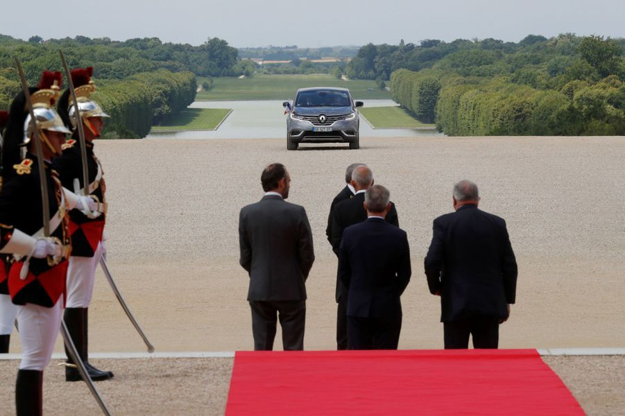 Le Premier ministre Édouard Philippe,le président de l'Assemblée nationale François de Rugy et son homologue du Sénat Gérard Larcher accueillent Emmanuel Macron au château de Versailles.