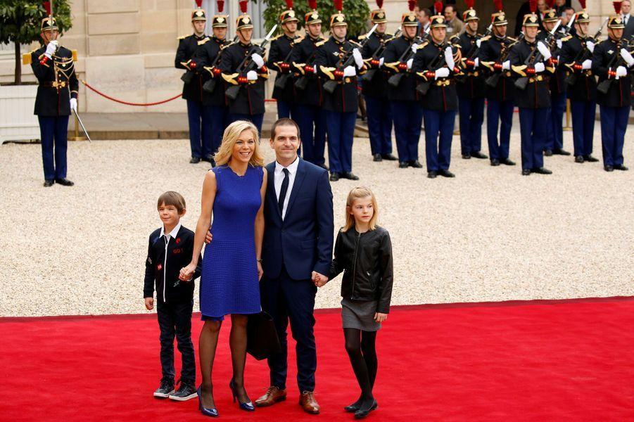 Laurence Auzière accompagnée de son mari Guillaume et leurs enfants.
