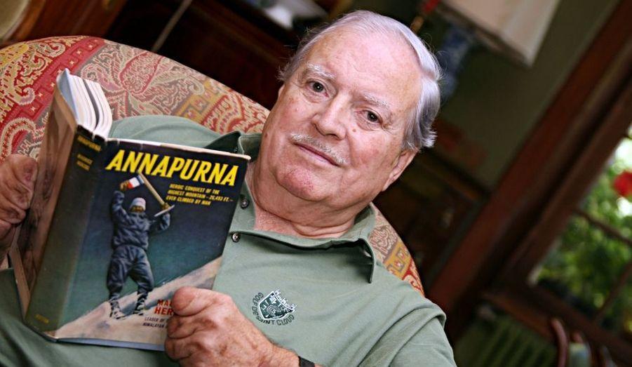 Ancien résistant, Maurice Herzog est une véritable légende de l'alpinisme. Le 3 juin 1950, il est le premier à dompter les 8000 mètres d'altitude de l'Annapurna, un exploit relayé à l'époque par une Une de Paris Match devenue célèbre. En 1958, plus qu'un secrétaire d'Etat aux Sports, il devient l'un des hommes de confiance du général De Gaulle. Quittant son poste en 1965, il deviendra par la suite maire de Chamonix.