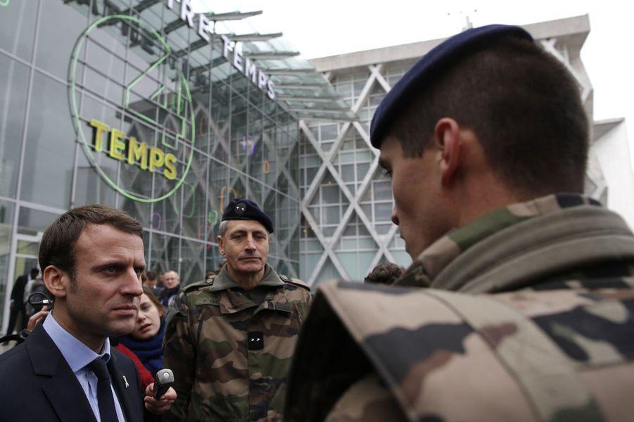 A La Défense, Emmanuel Macron veut rassurer les commerçants