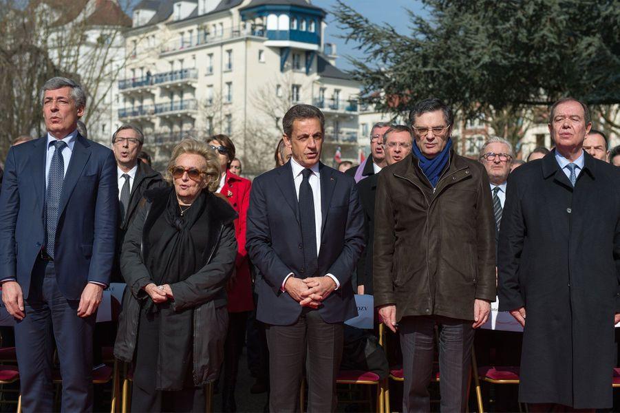 """Une place Charles Pasqua a été inaugurée samedi matin au Plessis-Robinson (Hauts-de-Seine) en hommage à l'ex-ministre de l'Intérieur, en présence d'anciens proches comme Nicolas Sarkozy, Bernadette Chirac ou encore Henri Guaino. De nombreux dignitaires des Hauts-de-Seine étaient également présents pour saluer la mémoire de ce gaulliste historique qui fut président du conseil général des Hauts-de-Seine de 1988 à 2004: le patron du département et député Patrick Devedjian, le député-maire de Levallois Patrick Balkany, le sénateur Roger Karoutchi et le député et président du Grand Paris Patrick Ollier.""""Charles Pasqua a été un président de conseil général extraordinaire et un père pour le Plessis-Robinson"""", a déclaré le maire (LR) Philippe Pemezec, qui a lancé l'inauguration de cette place en plein centre-ville. """"Sans son aide, on n'aurait jamais pu transformer la ville."""" L'ex-président de la République Nicolas Sarkozy, compagnon de route de Charles Pasqua à partir de 1975, a évoqué à la tribune un """"vrai personnage"""", qui ne """"trahissait jamais et ne reprenait jamais son amitié"""". """"Il m'a beaucoup aidé, sans lui je n'aurais jamais fait de politique. Ne pas être là moi-même, aurait été une trahison"""", a-t-il ajouté, rappelant aussi la fidélité de Charles Pasqua à Jacques Chirac. Pour Bernadette Chirac, il était """"essentiel d'être là"""". """"Je n'aurais pas voulu manquer cette cérémonie en l'honneur de Charles pour qui nous avions une immense affection et une grande admiration.""""Mort en juin 2015 à 88 ans, Charles Pasqua a notamment été élu sénateur des Hauts-de-Seine à quatre reprises entre 1977 et 2011 et nommé deux fois ministre de l'Intérieur de François Mitterrand, de 1986 à 1988 dans le gouvernement de Jacques Chirac puis de 1993 à 1995."""