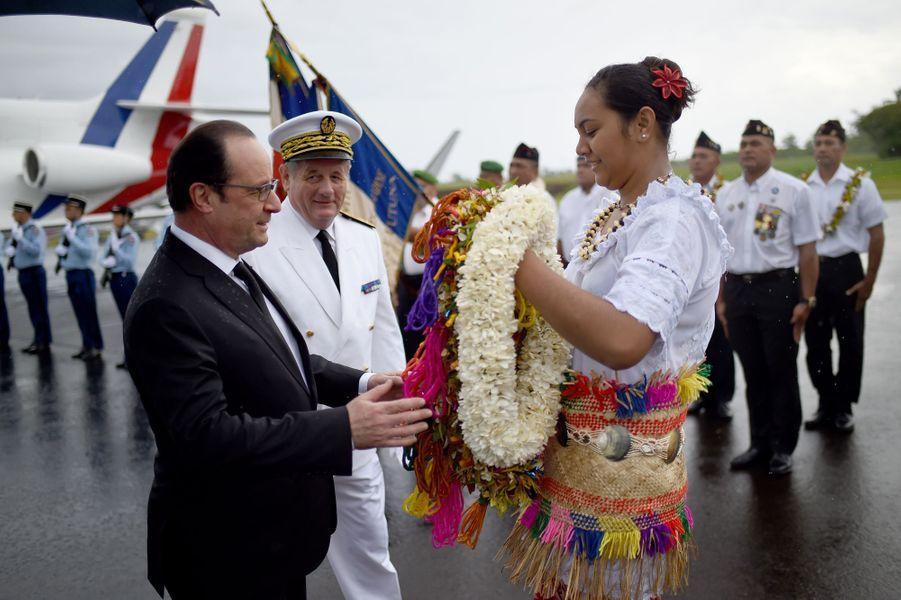 Des fleurs et de la pluie pour François Hollande