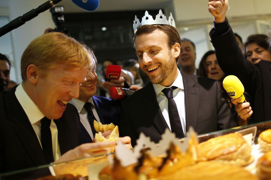 Emmanuel Macron a goûté une part de galette dans une boulangerie du centre commercial Beaugrenelle, à Paris
