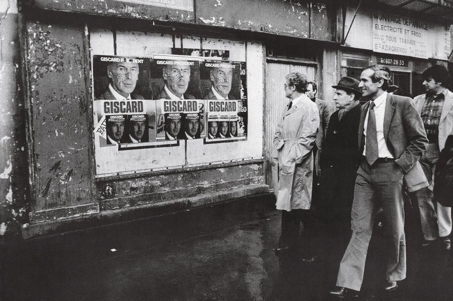 Paul Quilès, directeur de la campagne, sourit, mais Lionel Jospin et le candidat François Mitterrand n'ont pas envie de rire devant l'affiche du président sortant.