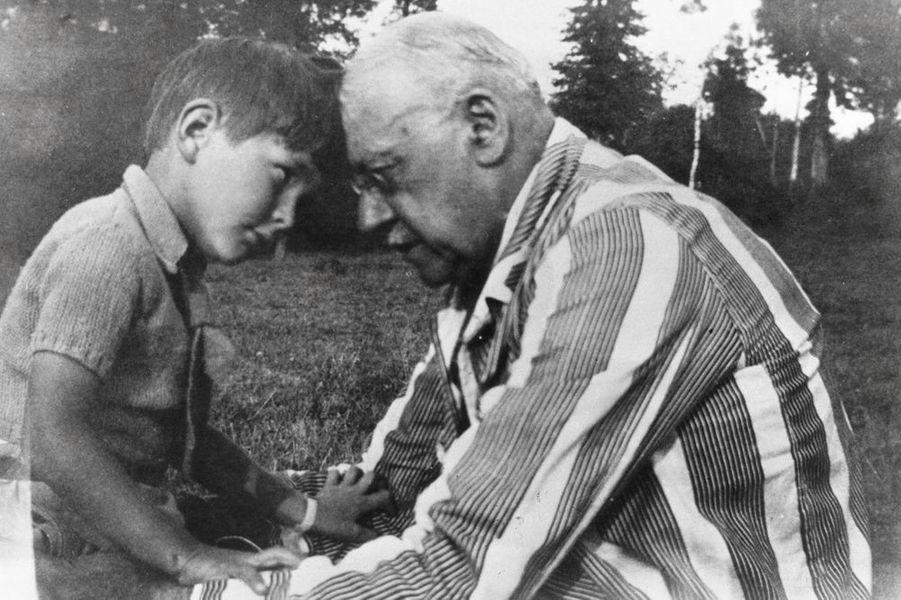 Jacques Chirac, 4 ans, avec son parrain le colonel Valette
