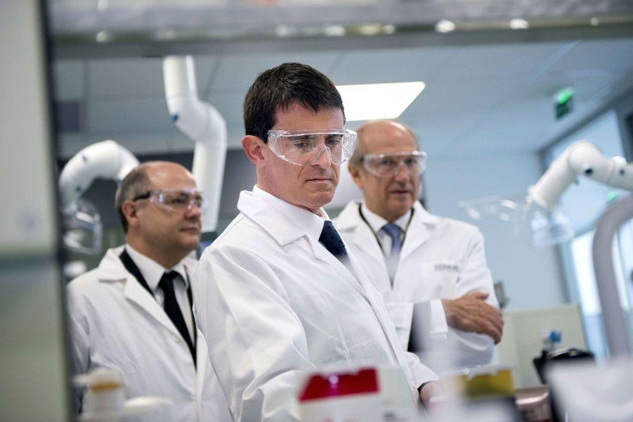 Manuel Valls visite un centre de recherche de L'Oréal, le 3 novembre