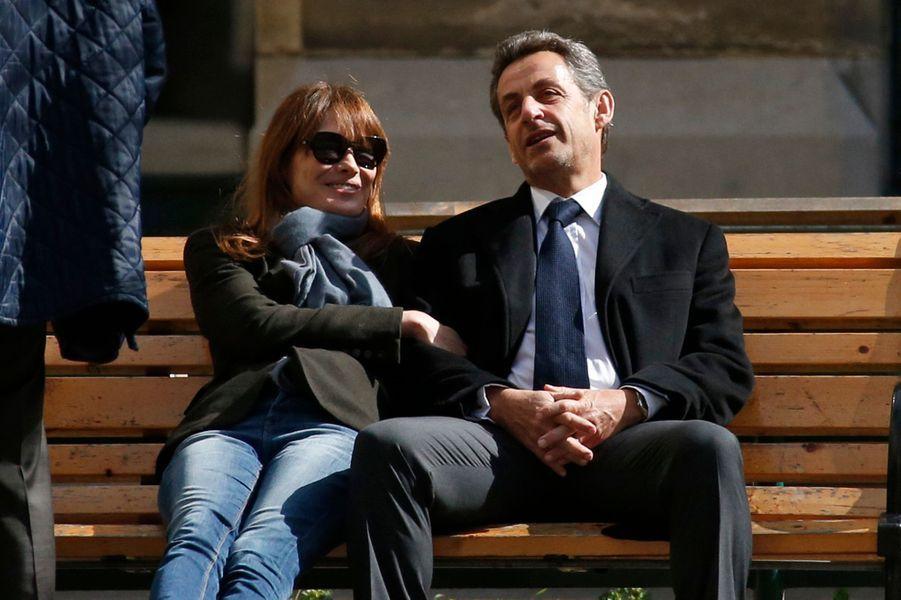 Bain de soleil sur un banc pour Carla Bruni-Sarkozy et Nicolas Sarkozy