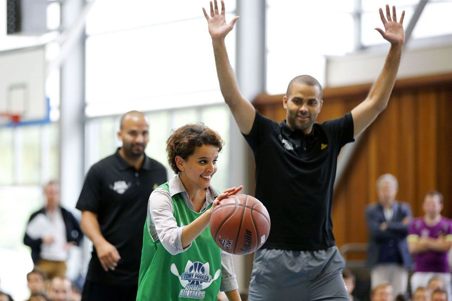 Najat Vallaud-Belkacem dribble Tony Parker