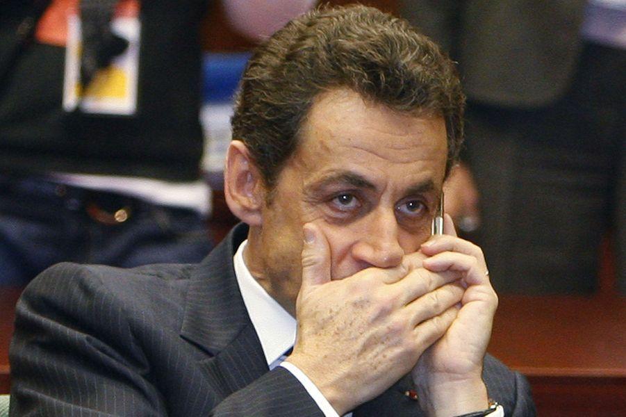 L'année 2014 a mis à rude épreuve la crédibilité des hommes et femmes politiques. Des scandales, parfois retentissants, ont émaillé l'actualité et aucun camp n'a été épargné.Début mars, une affaire explosive est révélée. Un ancien président de la République a été mis sur écoute par des juges : pour ses partisans, c'est un scandale en soi. Nicolas Sarkozy n'a pas manqué de le souligner, rappelant que ces conversations avec son avocat Thierry Herzog étaient censées être protégées. Néanmoins, l'utilisation d'un téléphone acheté sous un faux nom a sans doute aiguisé la curiosité des juges, qui soupçonnaient l'ex-chef de l'Etat d'avoir tenté de se renseigner sur la procédure de l'affaire Bettencourt -dans laquelle il a par ailleurs bénéficié cette année d'un non-lieu- auprès d'un magistrat de la Cour de cassation. Nicolas Sarkozy est aussi directement concerné par l'affaire Bygmalion, bien qu'il ait juré n'avoir jamais entendu le nom de l'entreprise avec laquelle l'UMP travaillait si étroitement. Il est également visé par une procédure concernant le remboursement par l'UMP d'une pénalité de près de 400 000 euros consécutive au rejet de ses comptes de campagne et qu'il aurait dû régler en tant que candidat. A lire : Ecoutes, mode d'emploi Photo : Nicolas Sarkozy au téléphone, en 2009.