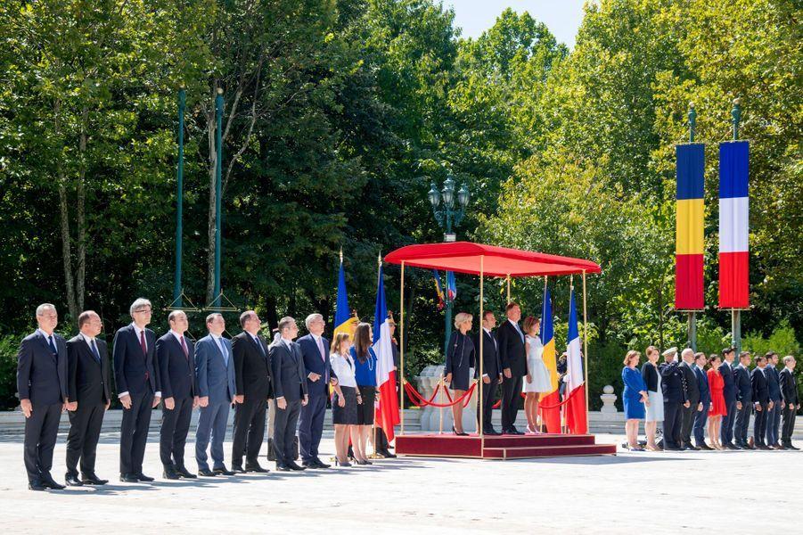 Emmanuel Macron et son épouse Brigitte sont accueillis parKlaus Iohannis etsa femme Carmen lors d'une cérémonie au palais Cotroceni à Bucarest.