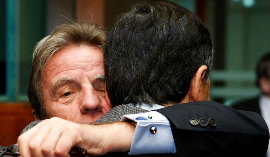 Chaleureuses retrouvailles entre Bernard Kouchner et son homologue italien Franco Frattini lors lors d'une réunion à Bruxelles.