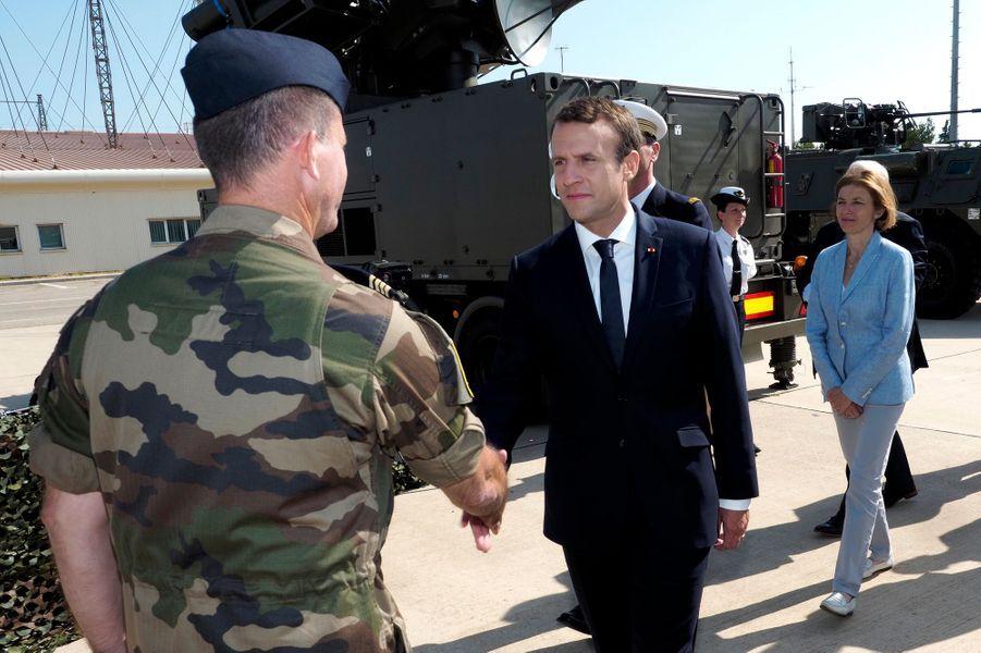 Emmanuel Macron rencontre des militaires sur la base aérienne d'Istres, avec son nouveau chef d'Etat-Major, le général François Lecointre.