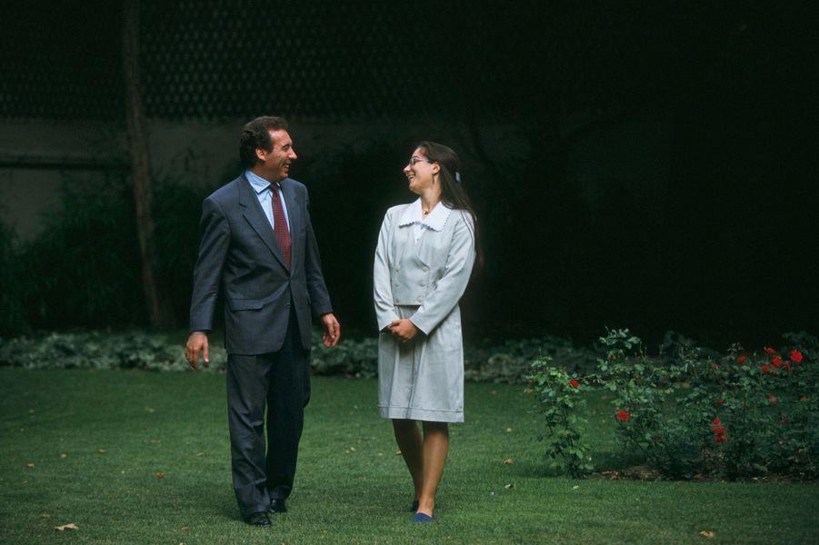 En 1993, François Bayrou, ministre de l'Education nationale, reçoit à son ministère une jeune fille, qui a obtenu 19 de moyenne au baccalauréat.