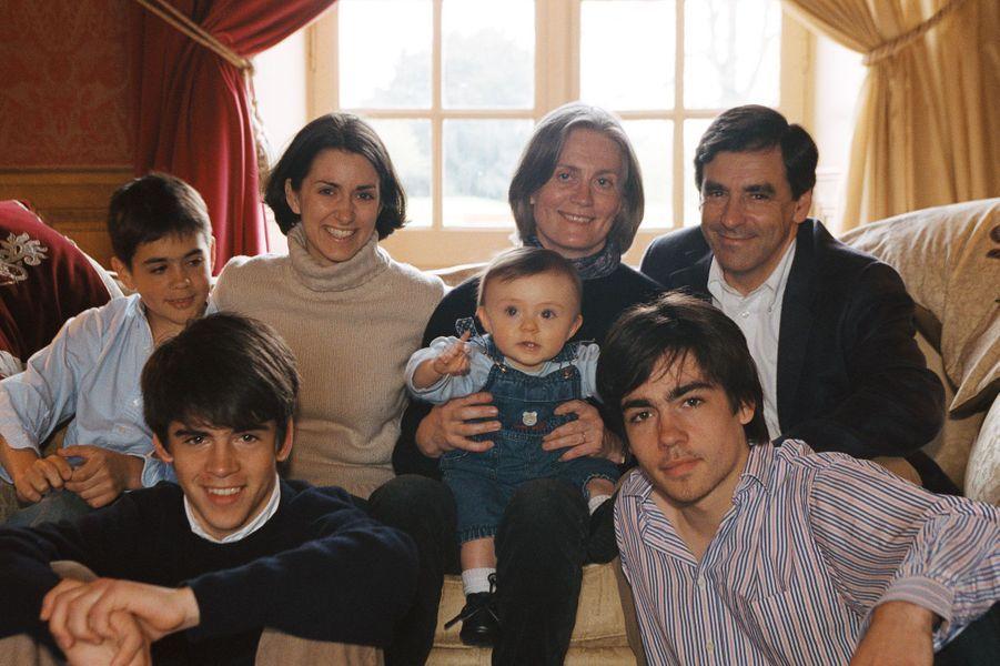En mai 2002, François Fillon est ministre des Affaires Sociales et pose en famille pour Paris Match. Il est entouré de son épouse Pénélope et leurs cinq enfants: Marie (20 ans), Charles (18 ans), Antoine (16 ans), Edouard (12 ans) et Arnaud (8 mois) dans leur maison de Solesmes dans la Sarthe.