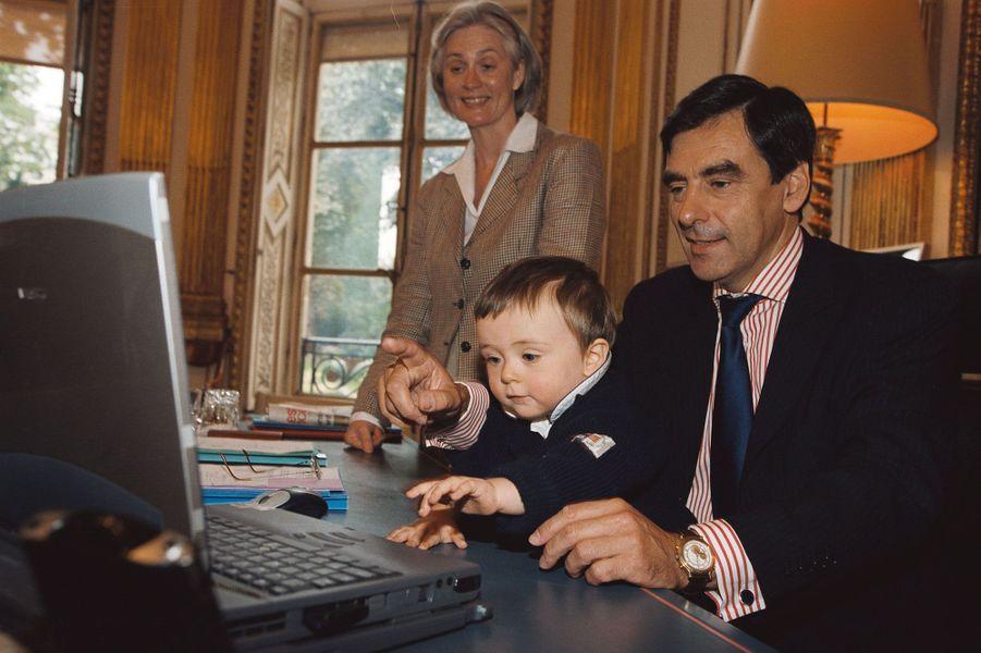 François Fillon, son épouse et leur fils Arnaud, au ministère des Affaires sociales lors de cette même rencontre en septembre 2002.