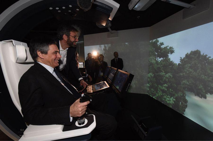 François Fillon dans un simulateur de vol en hélicoptère, à Thalès.