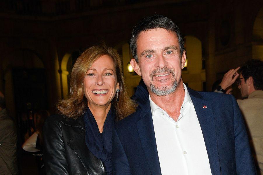 Manuel Valls avec sa femme Anne Gravoin à la générale de la pièce «La Vraie Vie» au théâtre Edouard VII à Paris.
