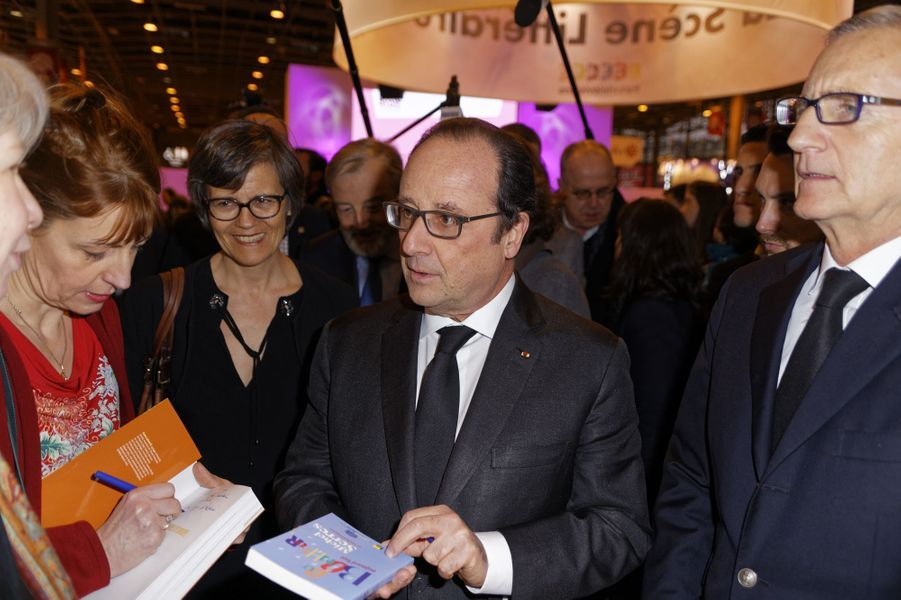 François Hollande au Salon du livre de Paris, le 17 mars 2016