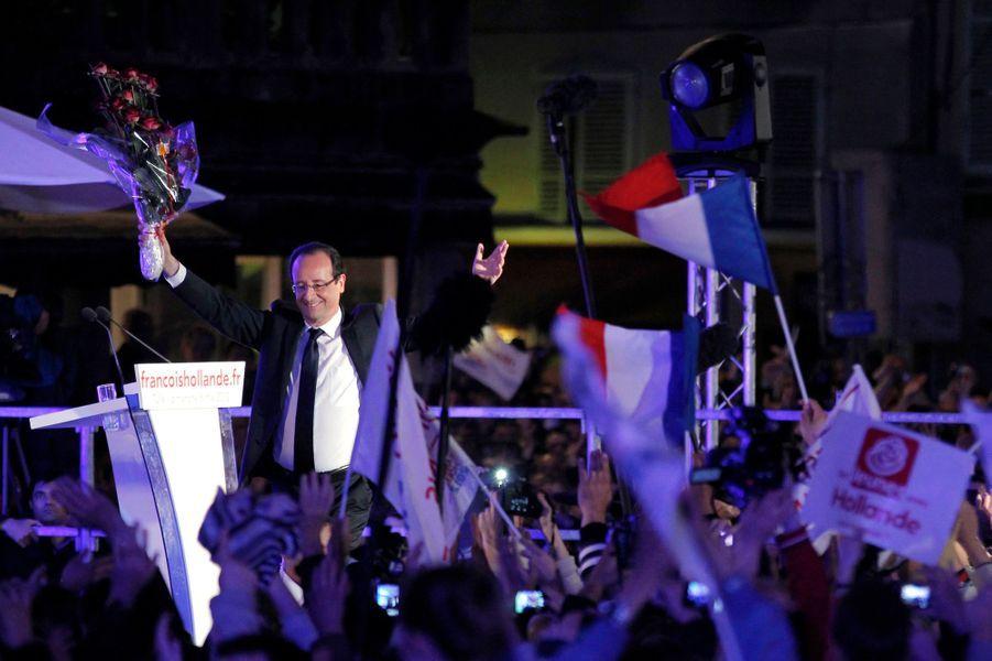 Un an après sa victoire sur Nicolas Sarkozy, retour en images sur le premier acte du quinquennat de François Hollande. A Tulle, son fief corrézien, le socialiste a savouré son triomphe au soir du 6 mai 2012. La ferveur de la foule et les chansons d'Edith Piaf ont donné un air léger à cette soirée, effaçant pour quelques heures les immenses défis du nouveau président.