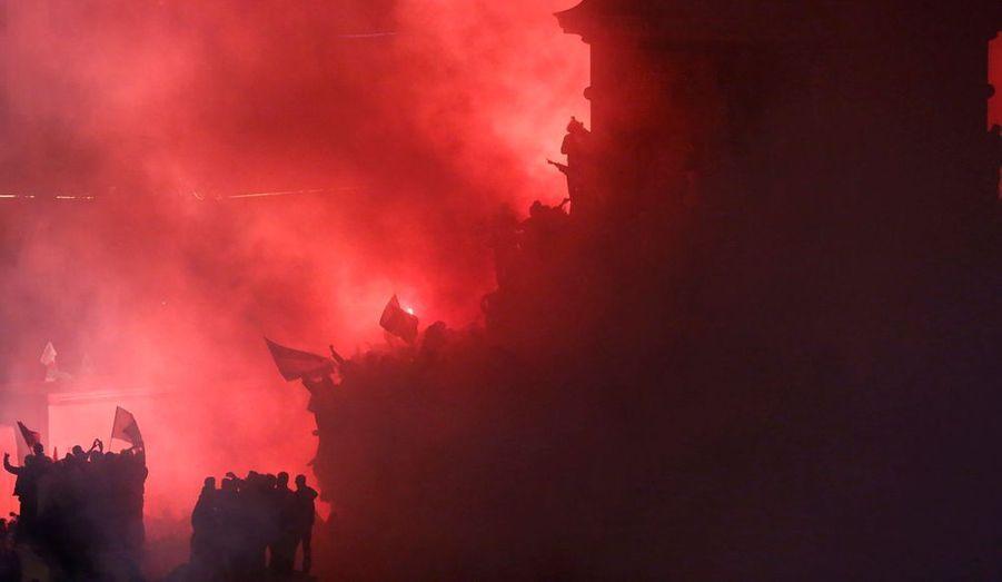 A la Bastille, les sympathisants de François Hollande attendent le retour du nouveau président de la République dans une ambiance de stade de football.