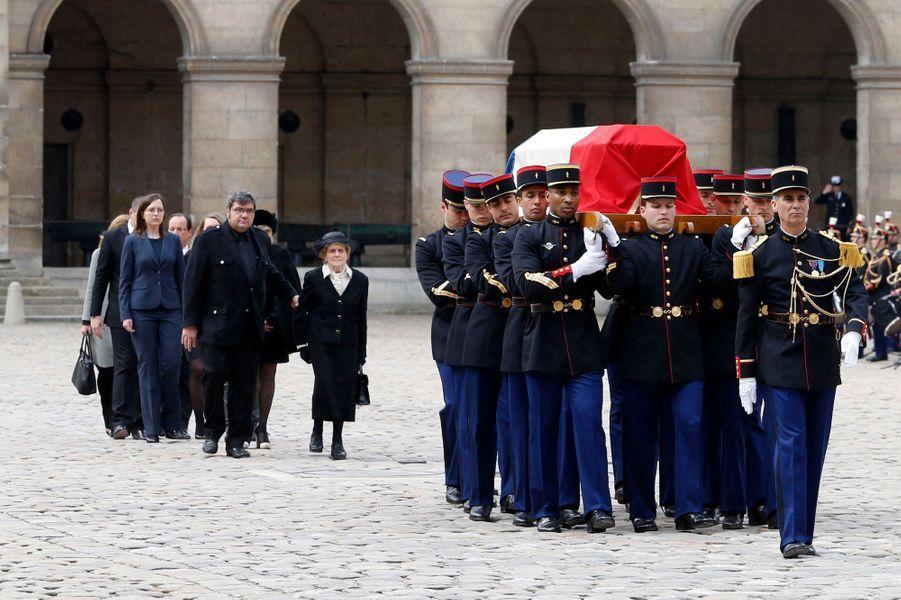 Gilberte, la veuve de Pierre Mauroy, et leur fils Fabien suivent le cercueil de l'ancien Premier ministre dans la cour des Invalides.
