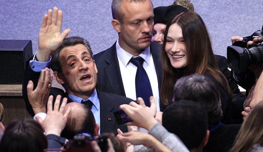 Dans la salle de la Mutualité, à Paris, en ce soir de premier tour, Nicolas Sarkozy voit d'abord qu'il talonne François Hollande. Mais il est le premier président de la Vème République à être devancé au premier tour.
