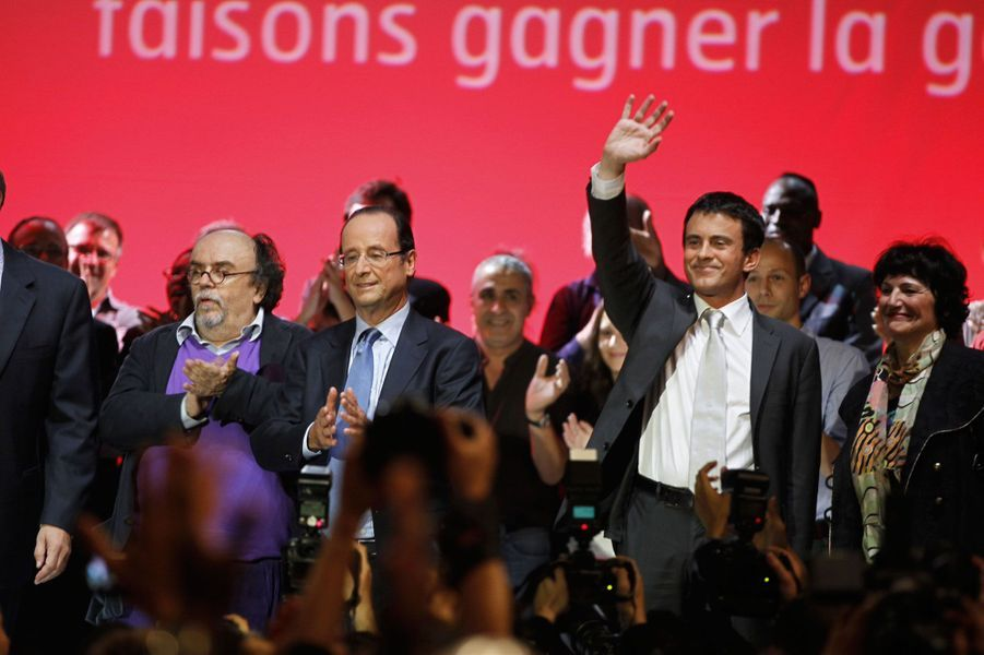 Manuel Valls se tient près de François Hollande, candidat au second tour de la primaire de la gauche, lors d'un meeting à Paris.