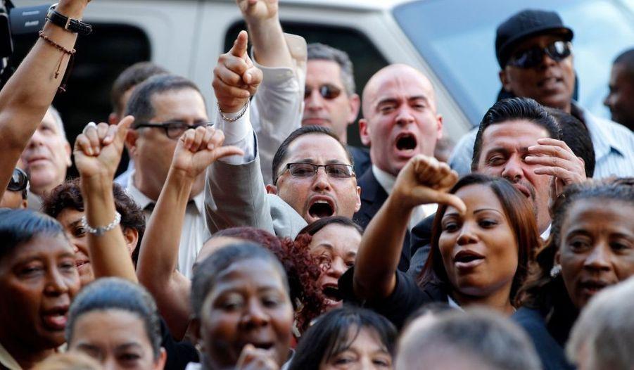 """Des femmes de chambre se sont manifestés bruyamment devant le tribunal. """"Honte sur toi"""", hurlaient-t-elles."""