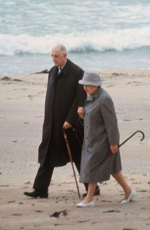 Balade sur la plage pour le Général et Yvonne de Gaulle, en mai 1969, durant le séjour du couple en Irlande.