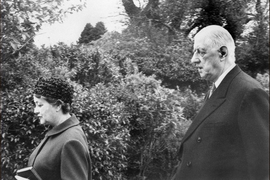 Charles et Yvonne de Gaulle à la sortie de l'Eglise de Sneem, en mai 1969. L'ex-président a choisi l'Irlande pour s'éloigner de la vie politique française.