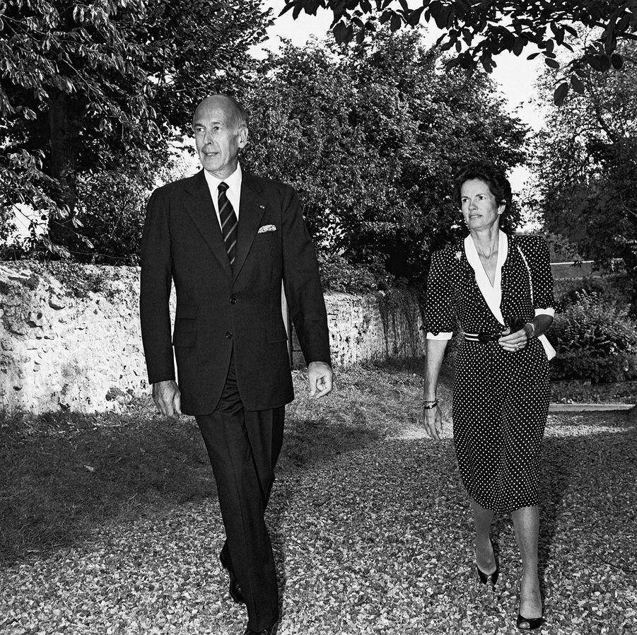 Octobre 1982, à Sasnières, dans le Loir-et-Cher : l'ancien président et son épouse Anne-Aymone se rendent à la cérémonie de mariage de Virginie François-Poncet et Christophe Henrion.