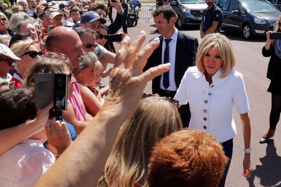 Bain de foule au Touquet pour Brigitte Macron.