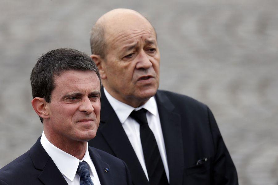 Manuel Valls et Jean-Yves Le Drian au défilé du 14 juillet à Paris.