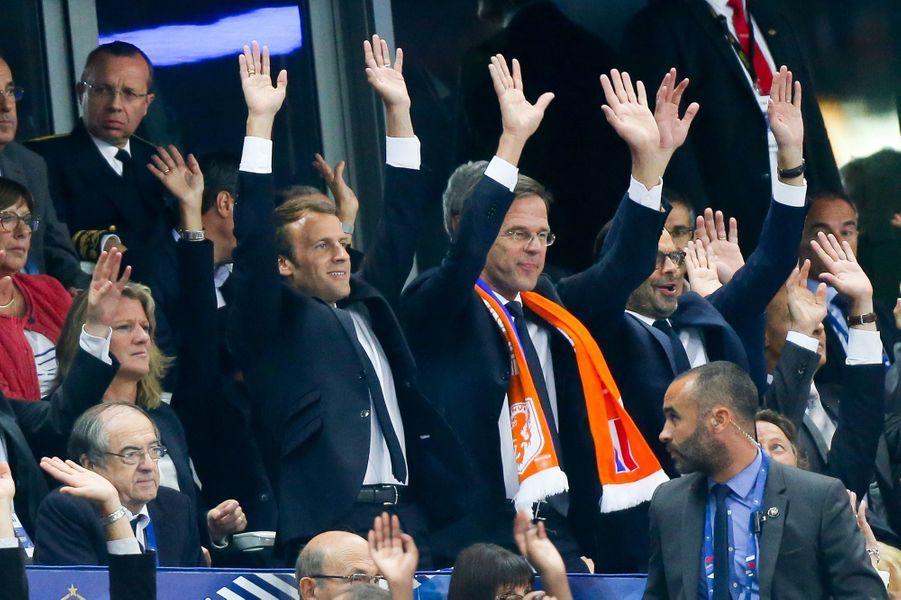 Emmanuel Macron, le Premier ministre des Pays-Bas Mark Rutte et Edouard Philippe font la ola lors du match entre la France et les Pays Bas, le 31 août 2017.