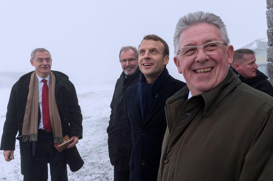 Emmanuel Macron avecJean-Yves Gouttebel ( au premier plan),président du Conseil départemental du Puy-de-Dôme.