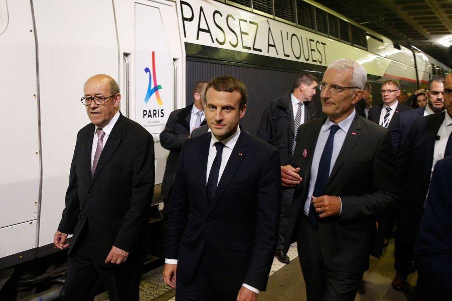 Emmanuel Macron, ici gare Montparnasse aux côtés de Guillaume Pepy et Jean-Yves Le Drian, inaugurela nouvelle ligne Paris-Rennes.