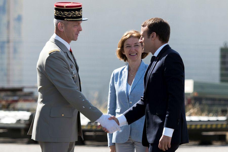 Aux côtés de la ministre des Armées Florence Parly,Emmanuel Macron salue legénéral François Lecointre, successeur du général de Villiers.