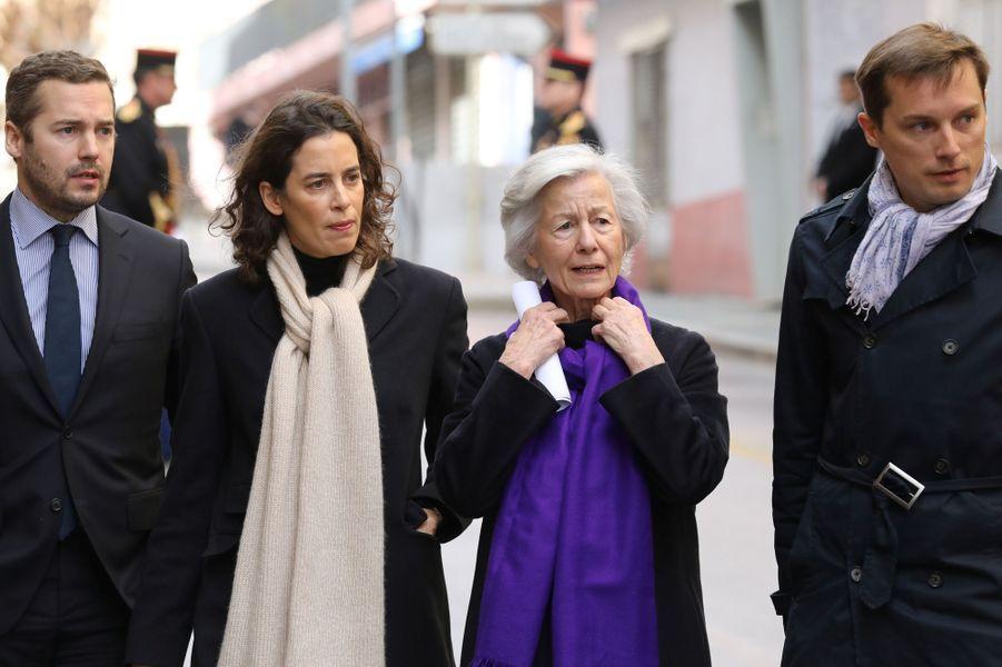 A gauche, les enfants du préfet Erignac,Charles Antoine etMarie-Christophine,aux côtés de leur mère Dominique Erignac.