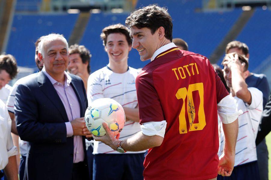 Justin Trudeau, maillot de Francesco Totti sur les épaules, avecle président de l'AS RomeJames Pallotta.