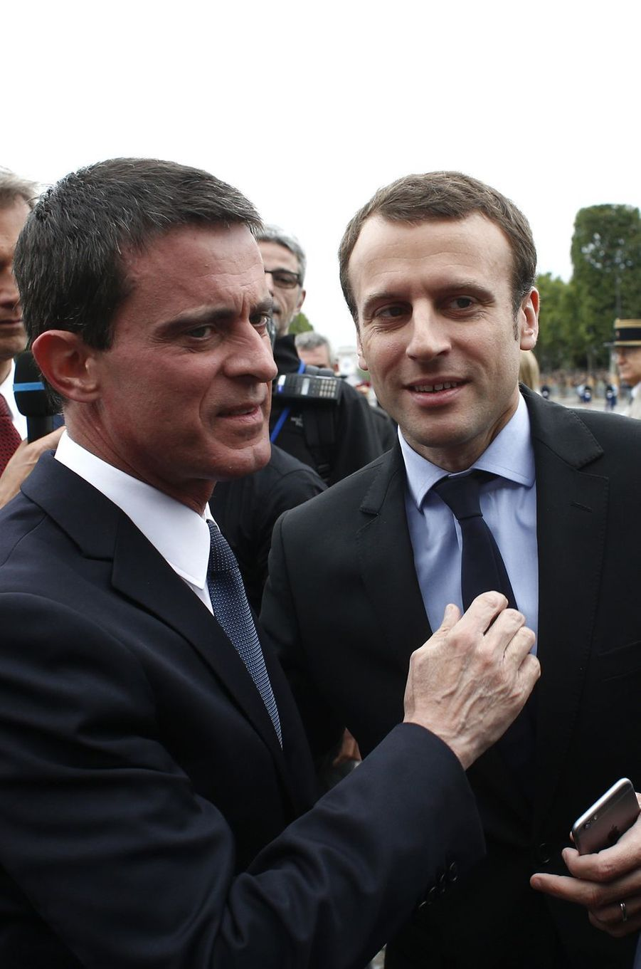 Manuel Valls et Emmanuel Macron, la bise du 14 juillet.